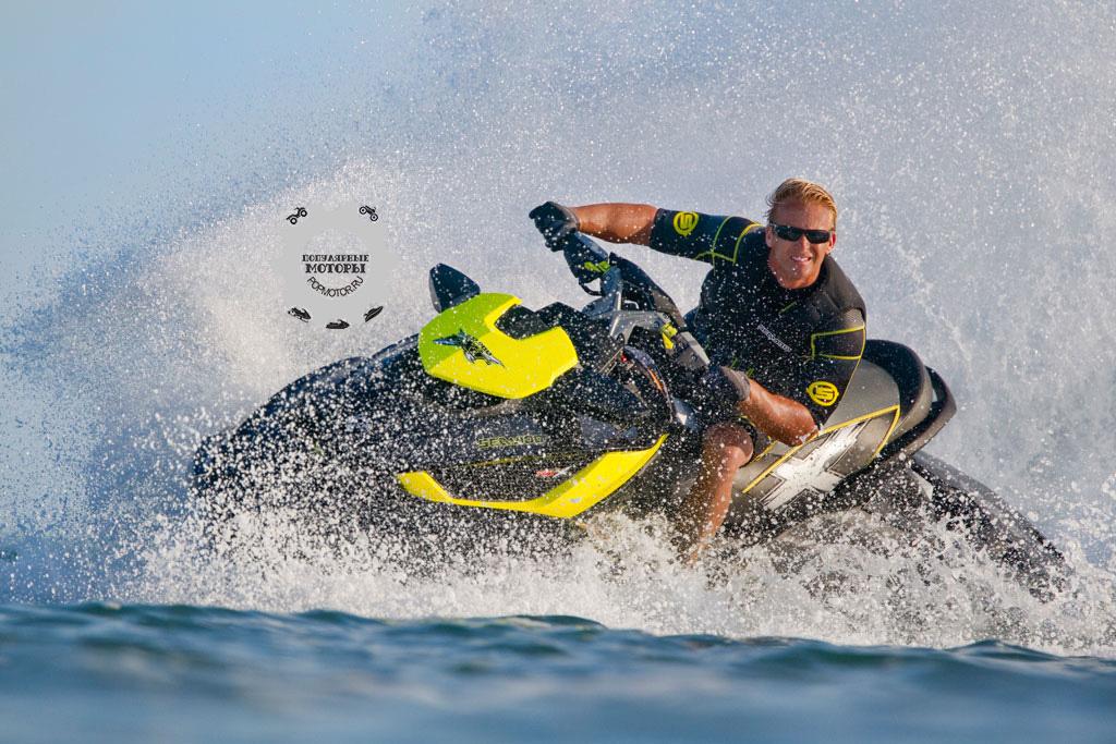 Двигатель Sea-Doo с нагнетателем и интеркулером быстро набирает нужную скорость.