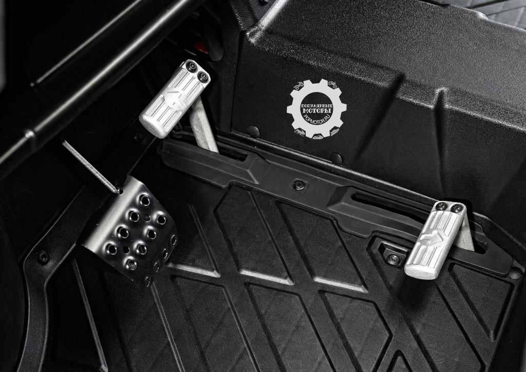 Уникальная конструкция педалей газа Polaris позволяет водителю переключаться между движением вперёд и назад, не отвлекаясь на переключение передач.