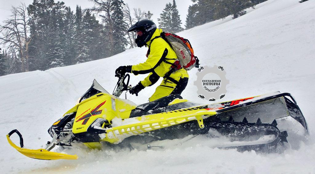 Длинное шасси, высокие трёхдюймовые (76 мм.) зацепы гусеницы и просторные подножки делают T3 Summit горным снегоходом мечты. Покрашенный туннель сводит к минимуму намерзание снега и льда, что положительно сказывается на весе.