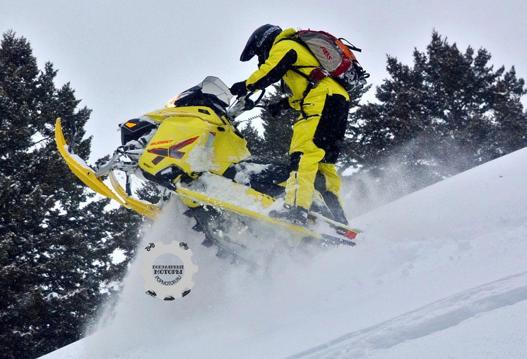 Трак с трёхдюймовыми гребнями запускает вперёд снегоход, словно он на ракетном топливе. Другие горные снегоходы застряли бы, но не T3.
