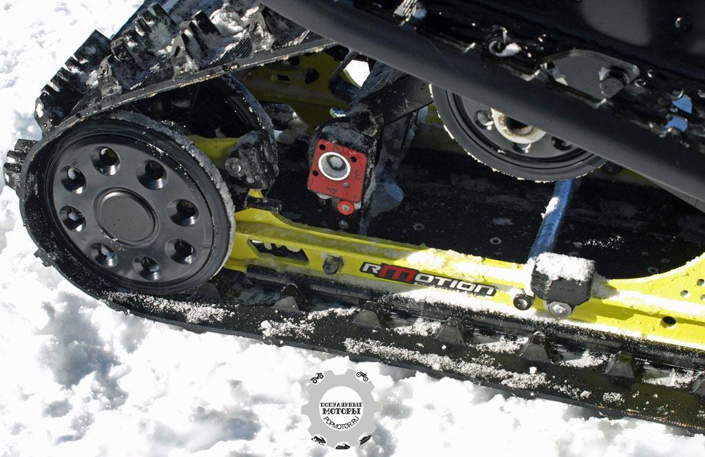 Задняя подвеска Ski-Doo rMotion шикарно сочетается с передней подвеской RAS2, делая TNT 900 ACE невероятно ловким и мягким снегоходом.