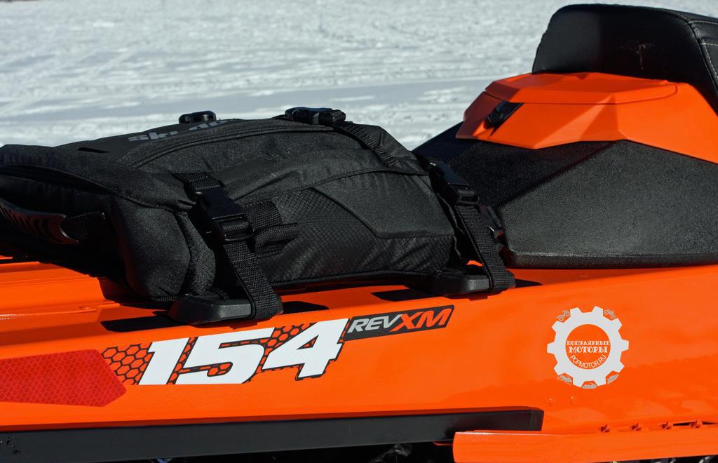 Те, кому нужно перевозить на снегоходе много инструментов и вещей, могут установить дополнительную багажную полку.
