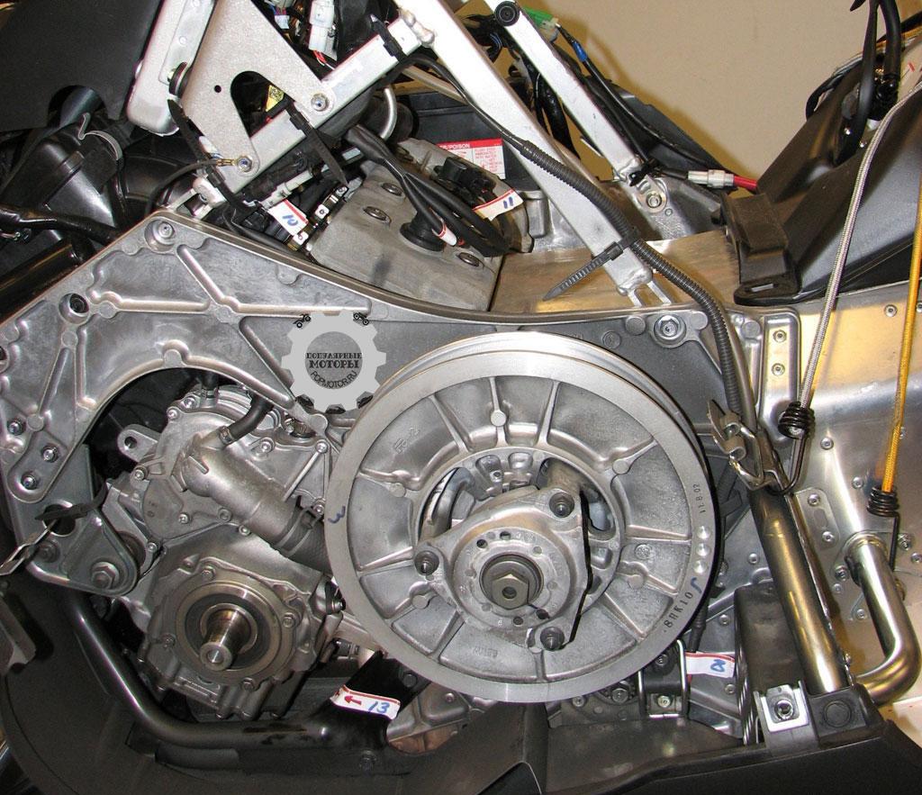 Конструкторы Yamaha много уделили внимания централизации массы Vector, так что двигатель расположен низко и впереди для улучшения управляемости.