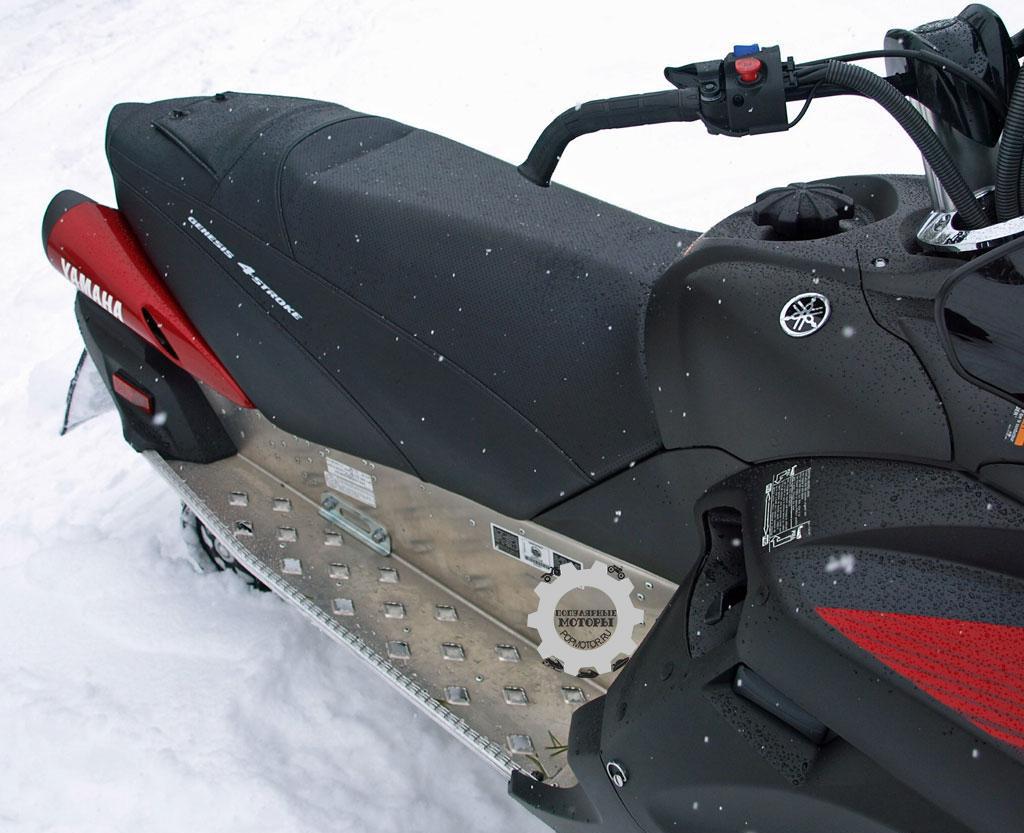 Сиденье Vector состоит из довольно твёрдой обитой верхней части и маленькой сумки для вещей. Обратите внимание на изогнутый руль с загнутыми ручками для большего удобства в рулении.