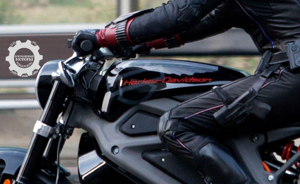 На крупном плане ложного бензобака чётко виден логотип Harley-Davidson. Также обратите внимание на заниженные зеркала заднего вида и нечто, напоминающее дисплей приборной панели.