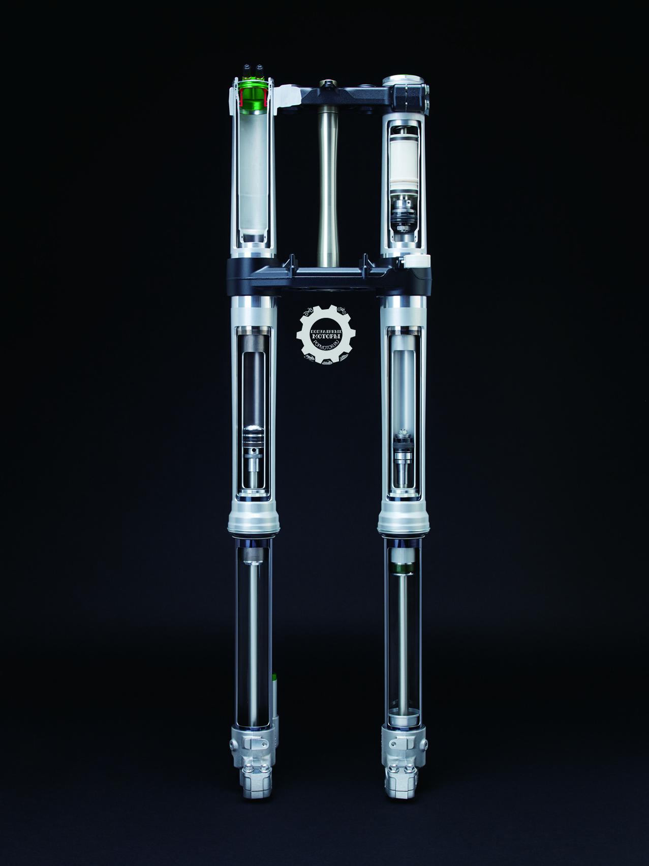 Спереди на KX450F 2015 установлена пневматическая вилка Showa SFF (Separate Function Fork) с тройной воздушной камерой (Triple Air Chamber — TAC), у которой демпфирующая сила направлена в левую трубку вилки, а пневматическая рессора находится в правой трубке. Конструкция вилки нацелена на меньшее трение и меньший вес в сравнении с традиционной подрессоренной вилкой.