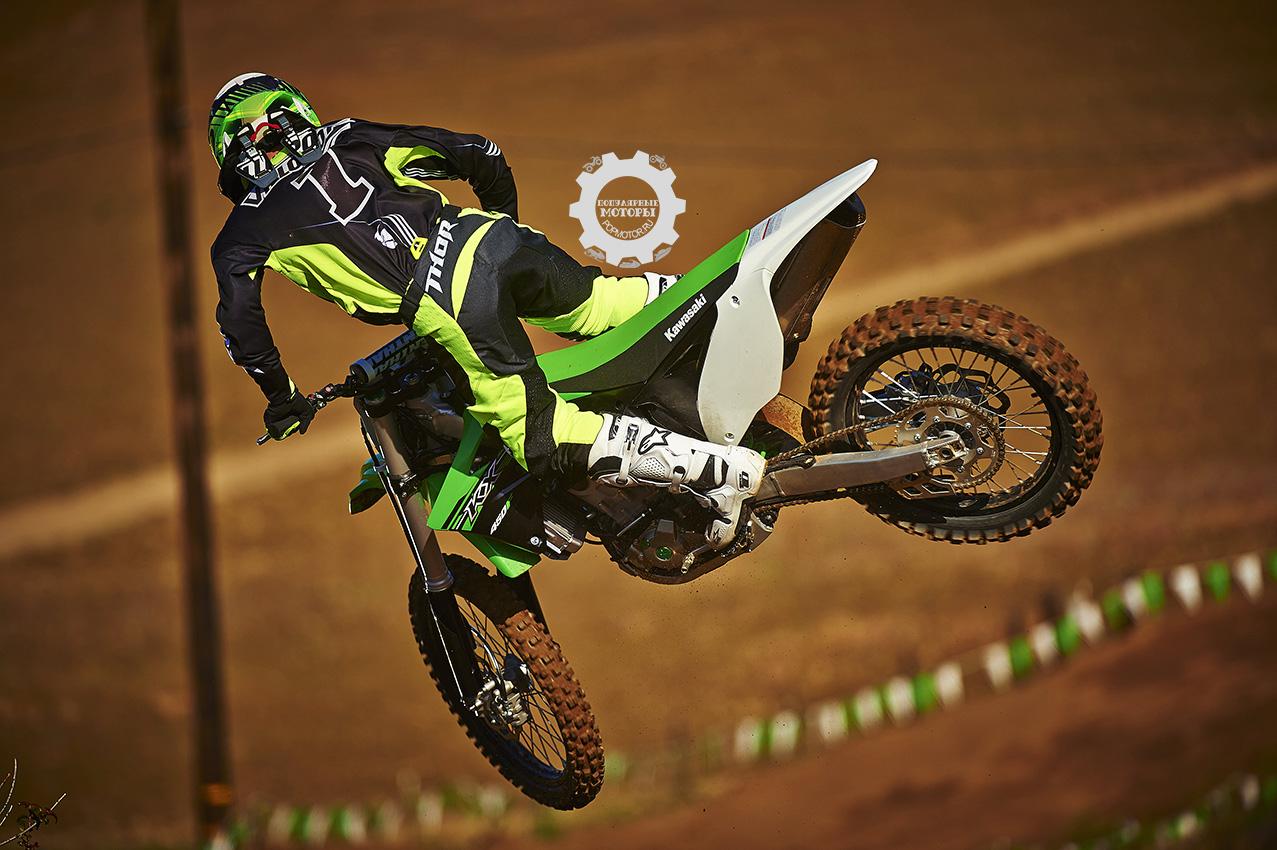 Фото мотоцикла Kawasaki KX450F 2015 полет - фото анонса мотоциклов Kawasaki KX450F и KX250F 2015