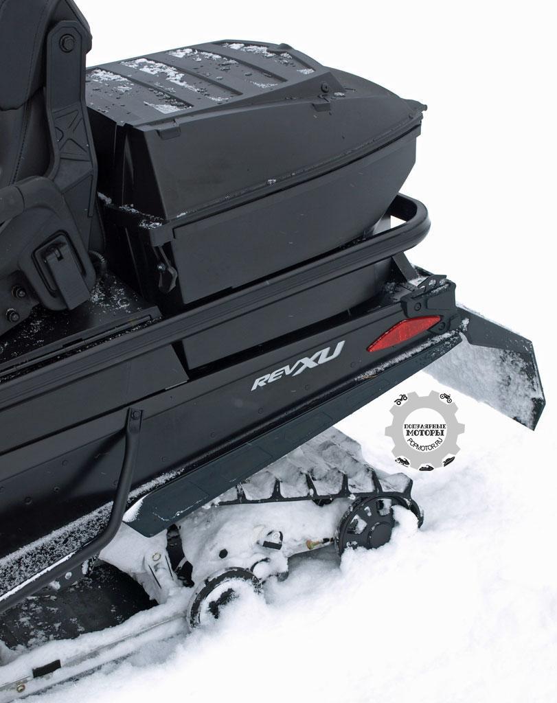 У Expedition SE нет никаких проблем с местом для перевозки вещей: снегоход поставляется с большим задним контейнером и вместительным отделением под сиденьем.