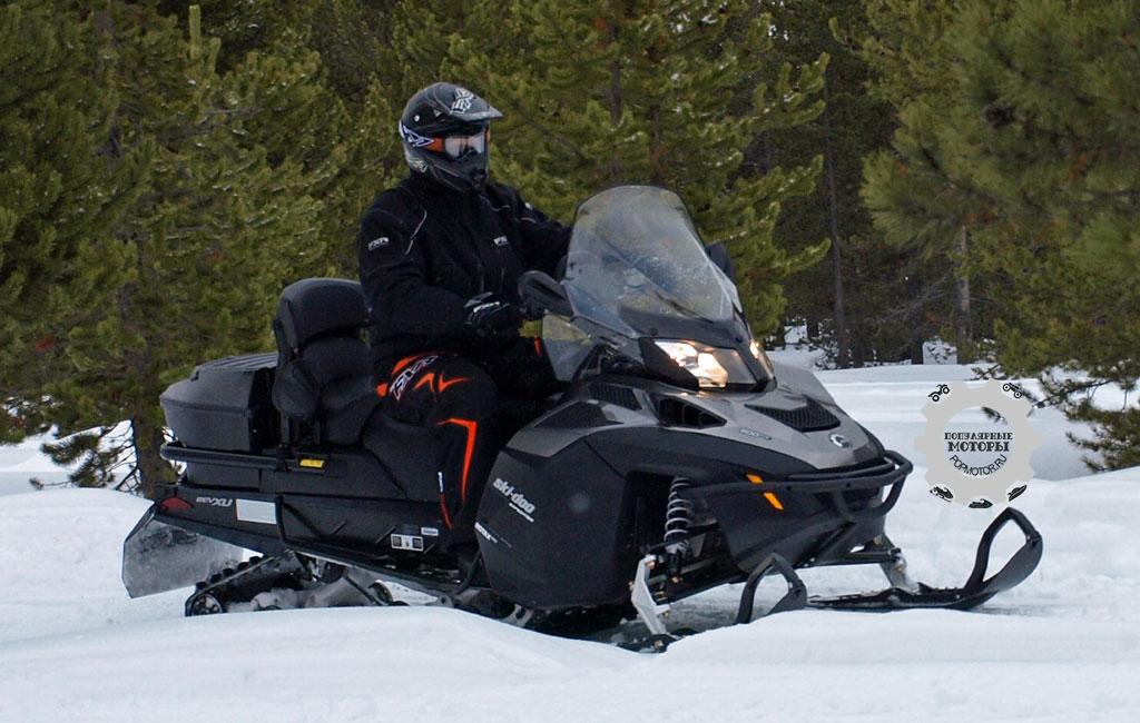 Серия Ski-Doo Expedition совмещает в себе удобные функции и особенности Grand Touring с необходимыми комплектующими для хорошей проходимости и практичности.