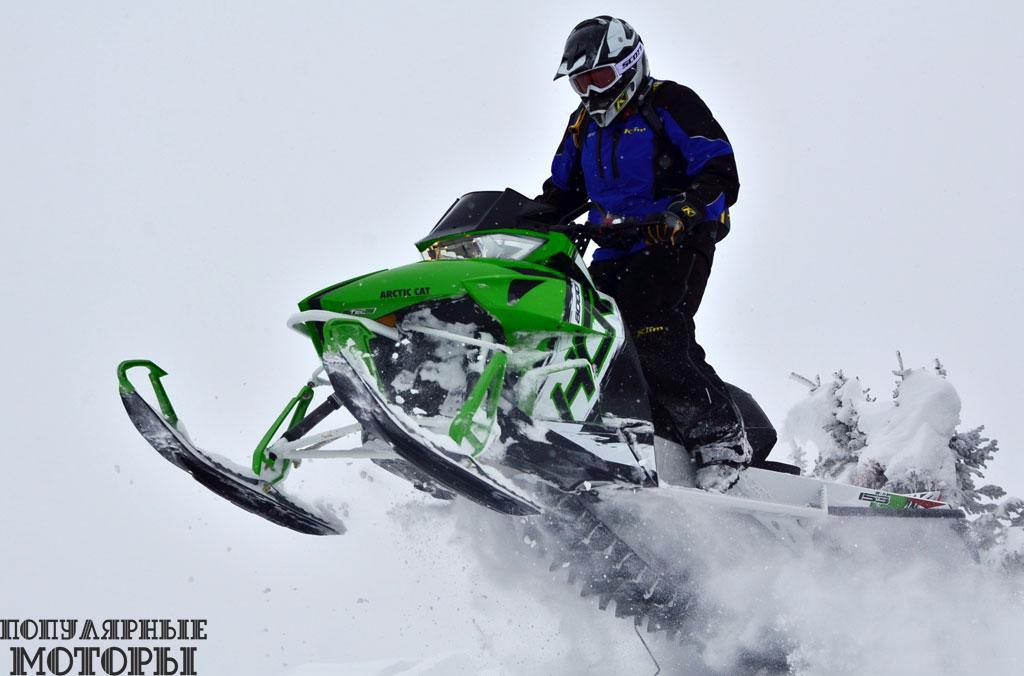 Arctic Cat HCR 8000 2015 —свирепый снегоход, который любит агрессивный стиль вождения.