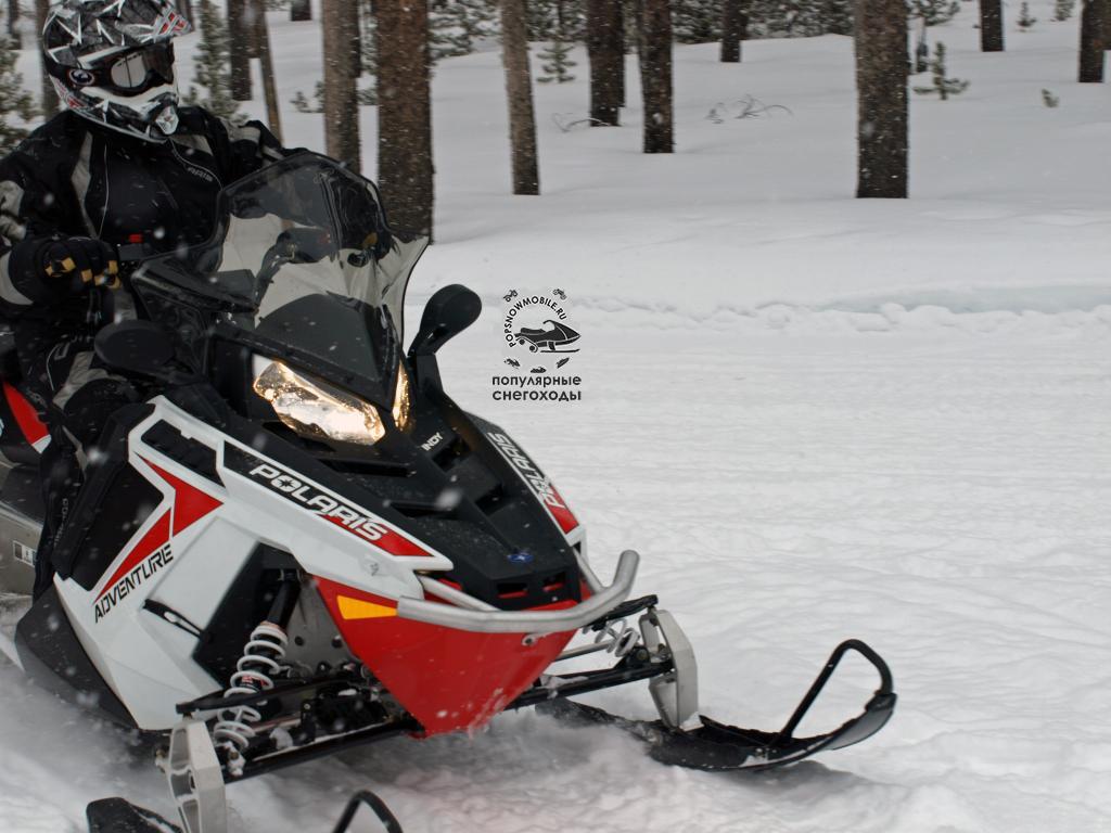 550 Indy Adventure от Polaris – послушный и комфортабельный снегоход для прогулок по укатанному снегу.