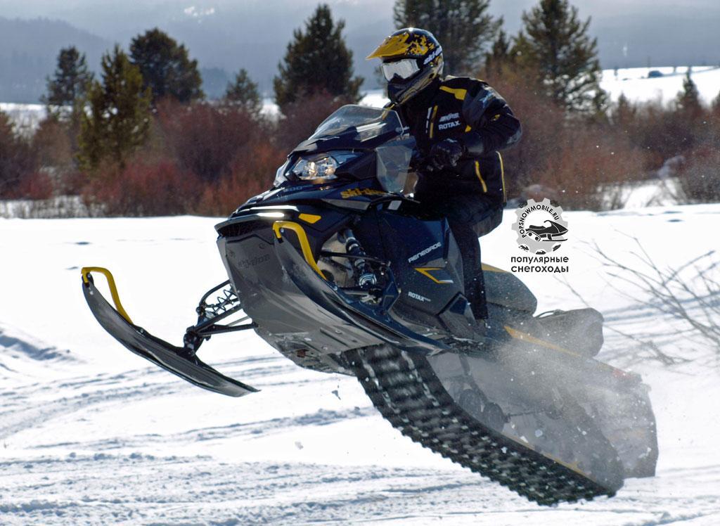 Удлинённый Ski-Doo Renegade отлично летает и преодолевает большие ухабы благодаря шикарной задней подвеске rMotion с 16-дюймовым ходом.
