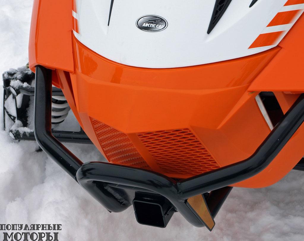 Серьёзный утилитарный снегоход требует серьёзной защиты, и её обеспечивают два крепких бампера спереди и сзади.