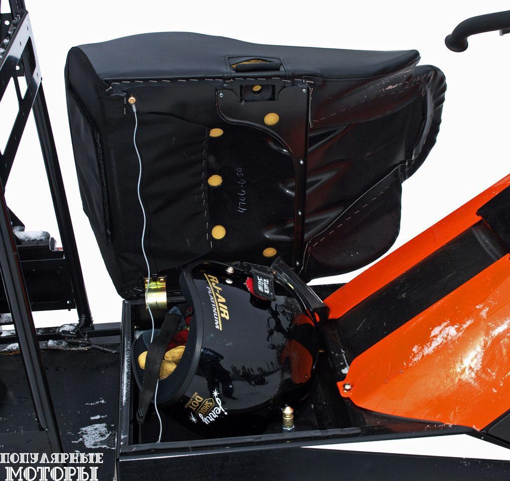 На сиденье сидишь достаточно высоко, так как под ним находится довольно вместительный бардачок, куда можно положить шлем или иное оснащение.