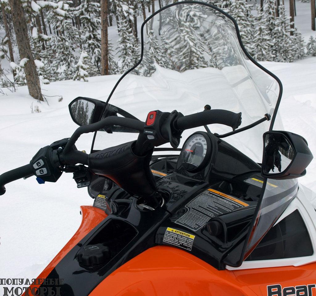 Ветровое стекло Bearcat и высокое, и широкое, так что надёжно защищает от всех порывов ветра и летящего в лицо снега.