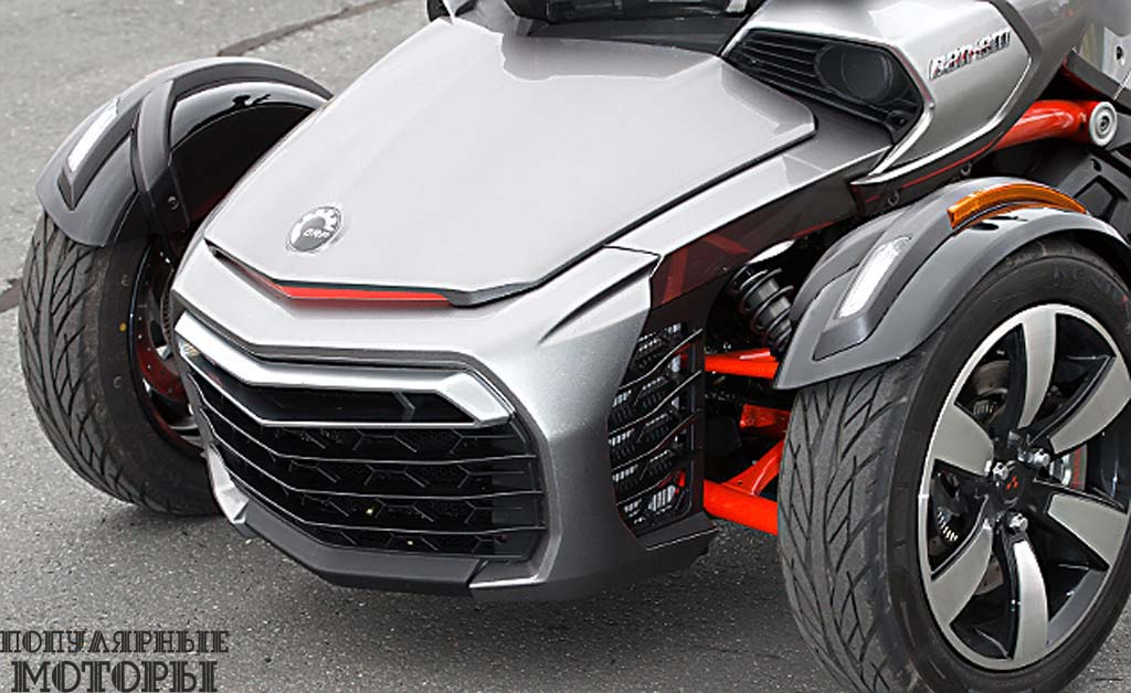 Выступ передней части был уменьшен, а два радиатора были повёрнуты на 90 градусов, что позволило уменьшить ширину между передними колёсами примерно на 76 миллиметров. Объём багажника уменьшился до 24.5 литра в сравнении с 45 литрами на модели RS.
