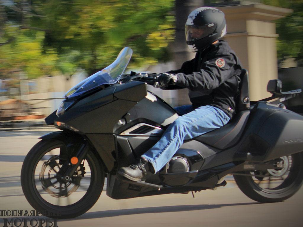 Противовесы двухцилиндрового двигателя, установленные на резину подножки, хорошо настроенная подвеска — всё это обеспечивает минимальный уровень вибрации на большой скорости.