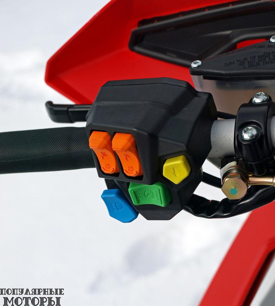 Конструкторы Polaris изменили органы управления на левой ручке руля для улучшения эргономики, обновления дизайна и облегчения работы с ними в перчатках.