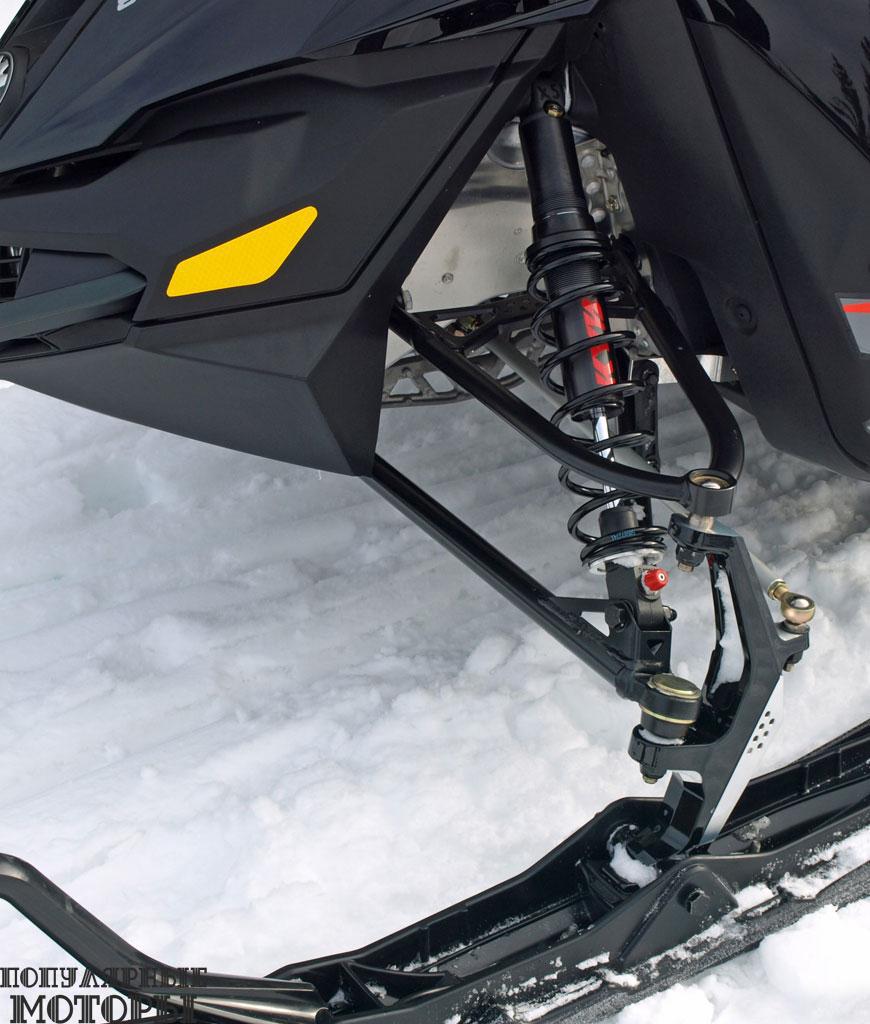 Новая передняя подвеска Ski-Doo RAS2 отлично сочетается с задней подвеской rMotion, что ощутимо улучшило управляемость и ходовые качества снегохода.