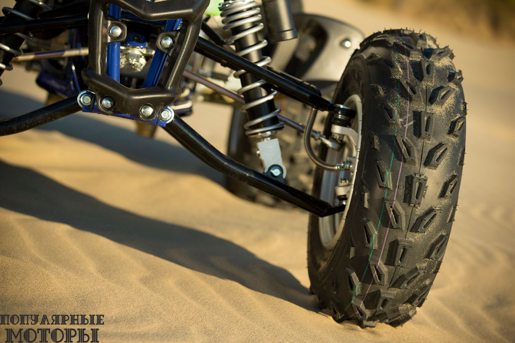 Увеличенные передние шины помогают смягчать удары на кочках и выбоинах.