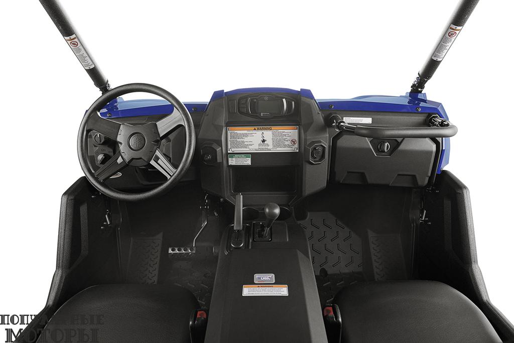 В центральной консоли расположен рычаг переключения передач, ручной тормоз и небольшое отделение для вещей.