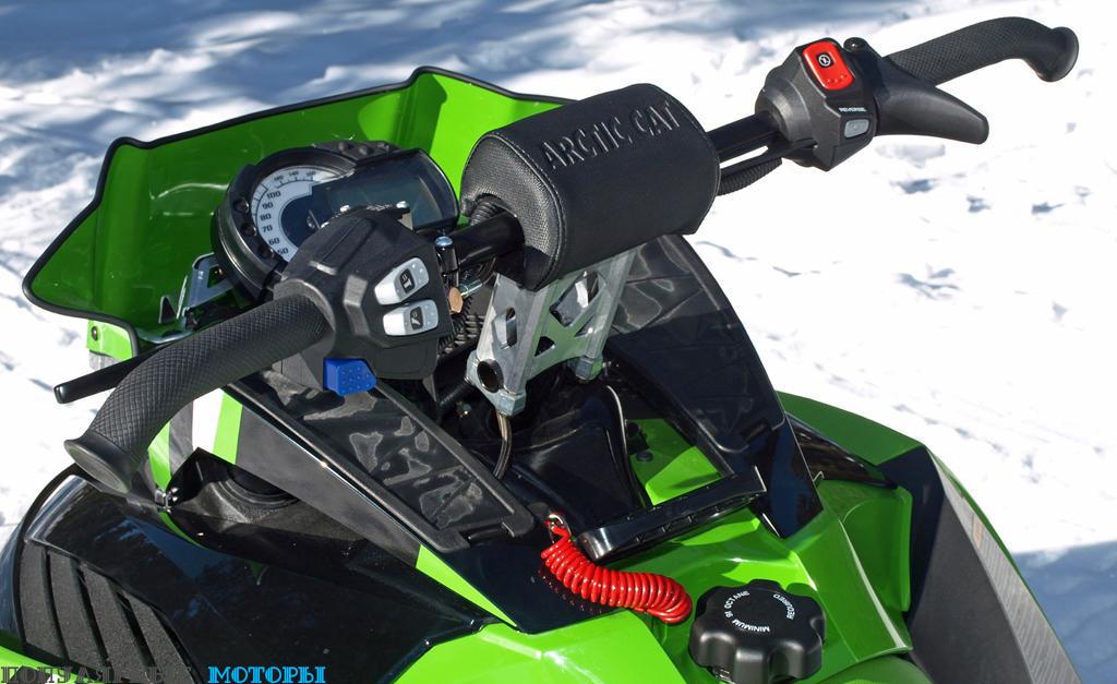Водительское место на ZR 8000 RR: фиксированная стойка руля высотой 139 миллиметров, изогнутый руль, удобочитаемая приборная панель и намёк на ветровое стекло.