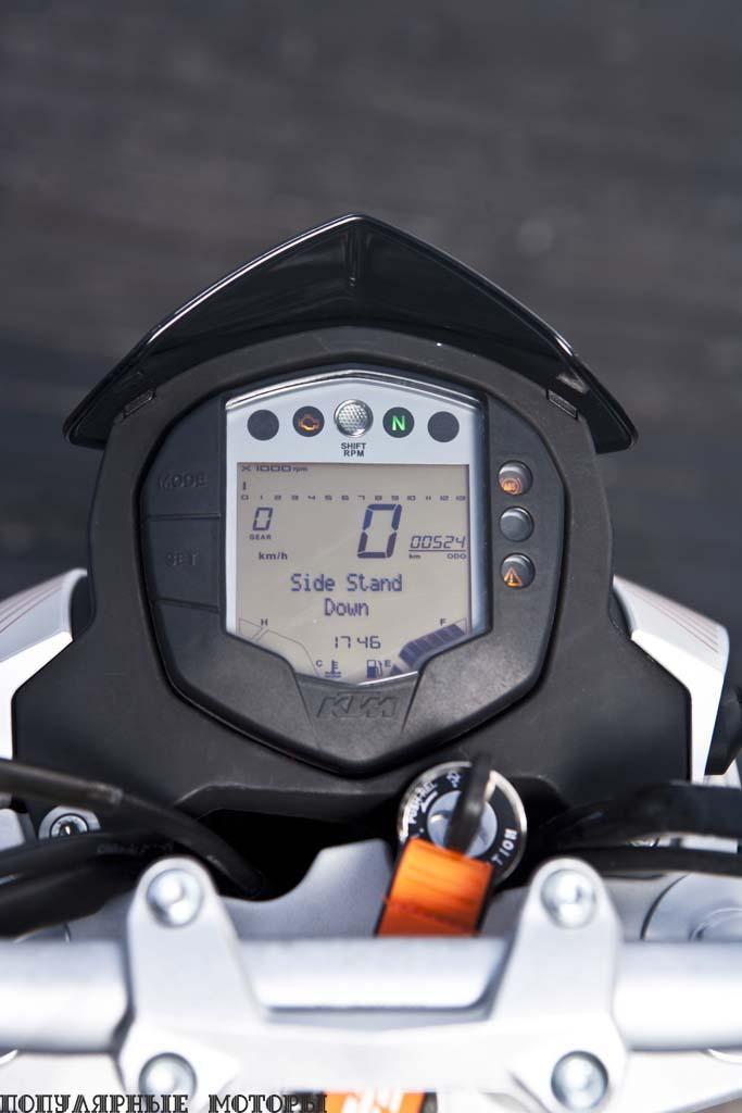 Подробная приборная панель включает в себя легко читаемый цифровой спидометр, индикатор включённой передачи, информацию об экономии топлива, индикатор топлива, индикаторы температур и программируемую лампочку переключения передач. Расстраивают разве что крошечные цифры на шкале тахометра.