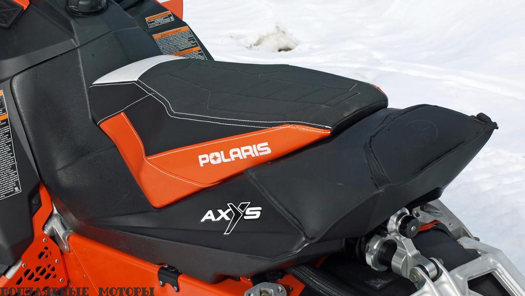 Сиденье AXYS Performance Seat располагает к незатруднительному перемещению вперёд, чтобы лыжи лучше цеплялись в снег, или назад для облегчения передней части снегохода и давления на гусеницу.