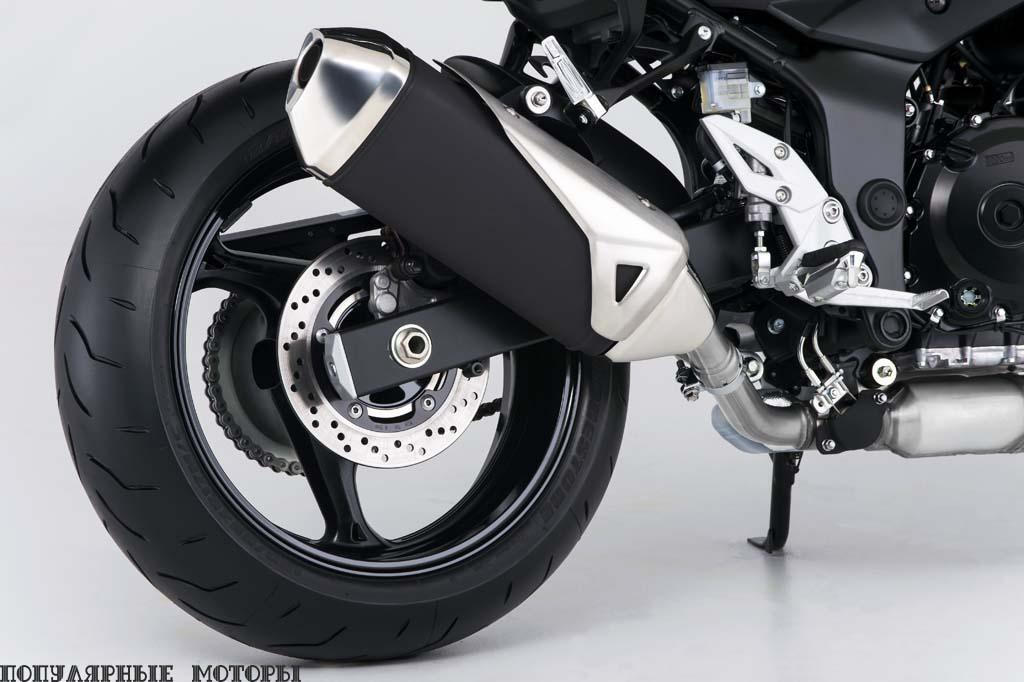 У передней и задней подвески есть возможность регулировки преднатяга пружины. Визуально GSX-S не хватает стильного маятника и выхлопной трубы под двигателем, как у FZ-09.