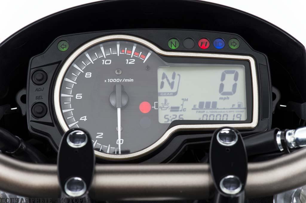 Приборная панель простая и удобочитаемая: есть индикатор включённой передачи, часы и индикатор уровня топлива. Также есть удобная функция регулировки яркости панели. В то время как FZ-09 оснащён электроприводом дроссельной заслонки и имеет три режима работы двигателя, дроссель GSX-S приводится в движение кабелем, и переключения режимов нет.
