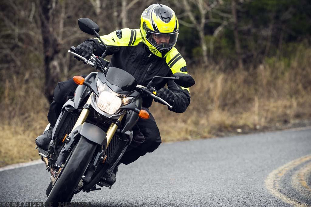 Это максимальный угол наклона, который водитель был готов делать на скользкой дороге в холодный дождливый день. Жаль, ведь GSX-S750 кажется очень проворным и управляемым мотоциклом. На бумаге он тяжелее, чем FZ-09, но пока непонятно, страдает ли байк из-за лишних килограммов, или их удалось хорошо спрятать.