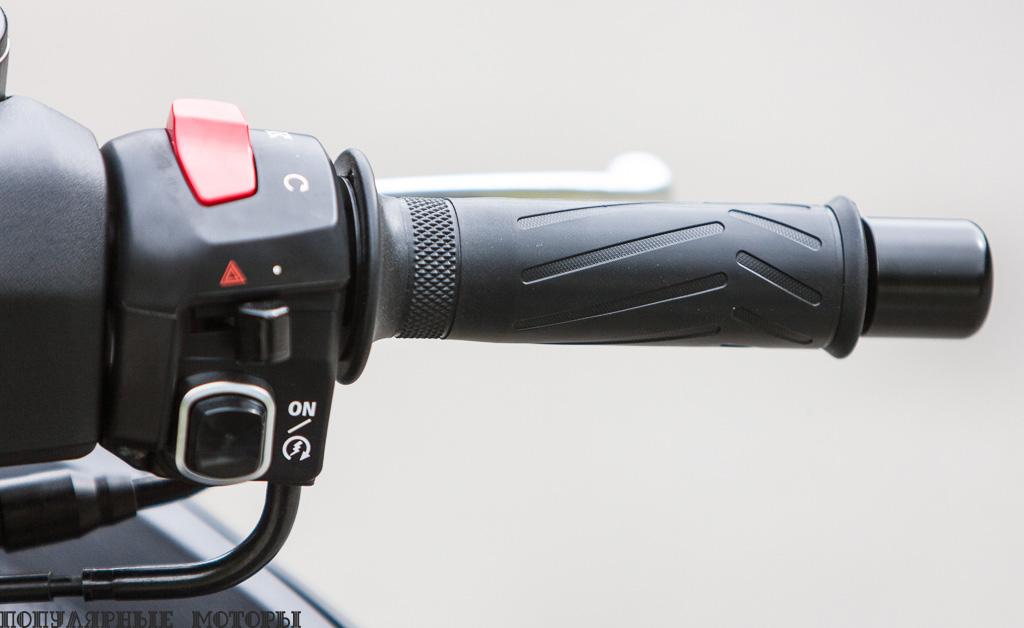 Пусковая кнопка —единственное, что вам нужно нажать, чтобы завести скутер. После того, как вы убрали подножку, разумеется.