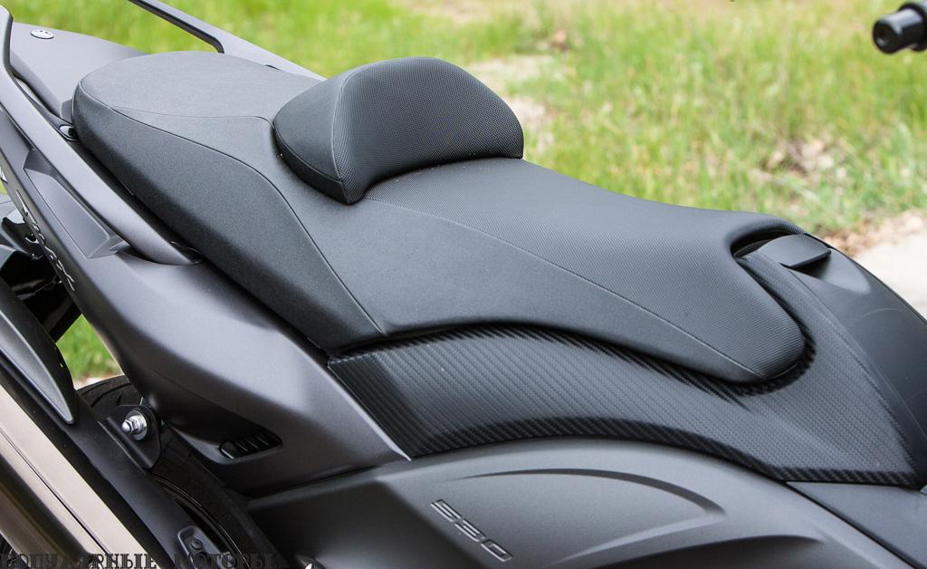 Не позволяйте этой конической форме передней части сиденья вас одурачить. Под сиденьем TMAX ещё шире, так что если у вас недлинные ноги, будет далеко тянуться до земли. Хотя подушечка регулируется.