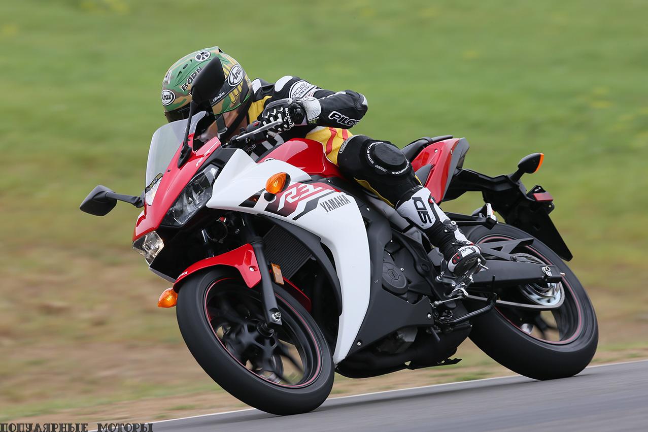 Все мотоциклы R-серии от мала до велика хорошо держатся на гоночном треке. R3 — не исключение.