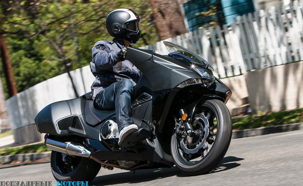 Фото скутера Honda NM4 - перед поворотом