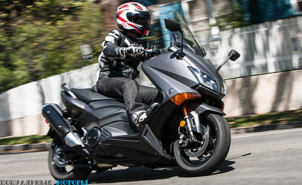 Фото скутера Yamaha TMAX - перед поворотом