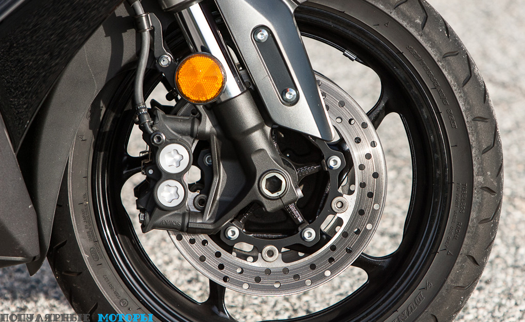 Единственное, чем можно быть бы улучшить тормоза на TMAX, так это установкой ABS.