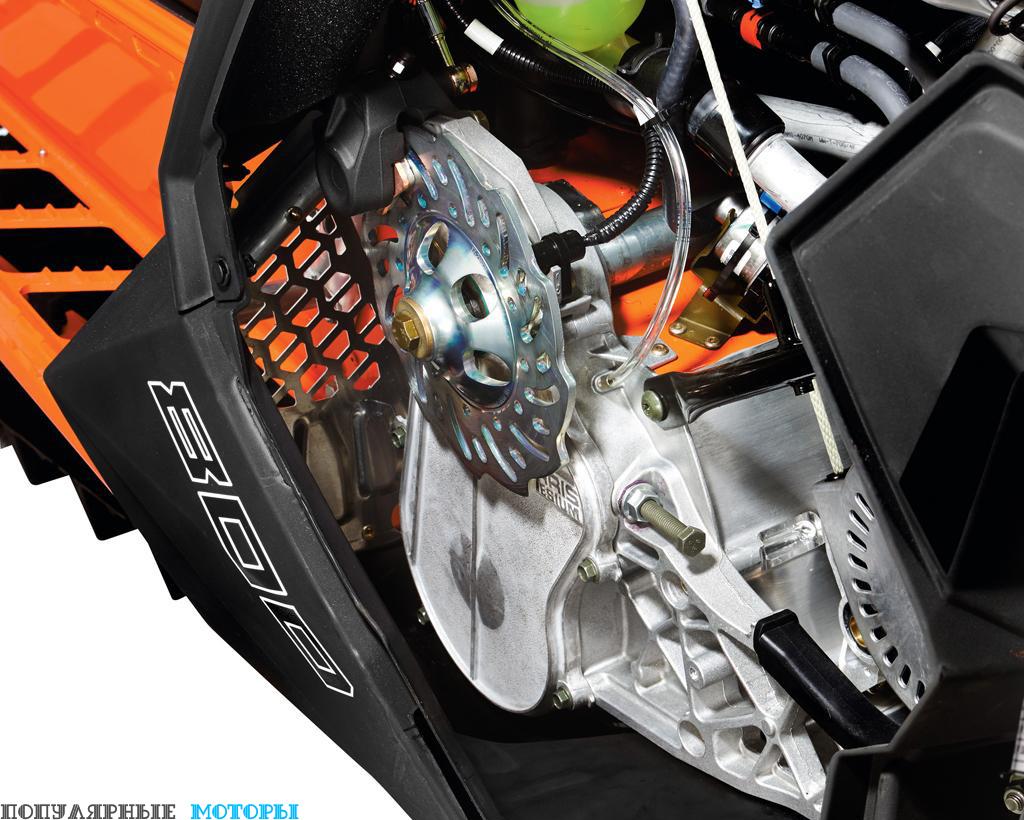По просьбам гонщиков и опытных водителей на Assault установили цепную систему привода вместо традиционной ремённой системы Polaris Low-Inertia Quick Drive. Это мощный горный снегоход, и ему точно не помешает надёжность и прочность цепного привода.