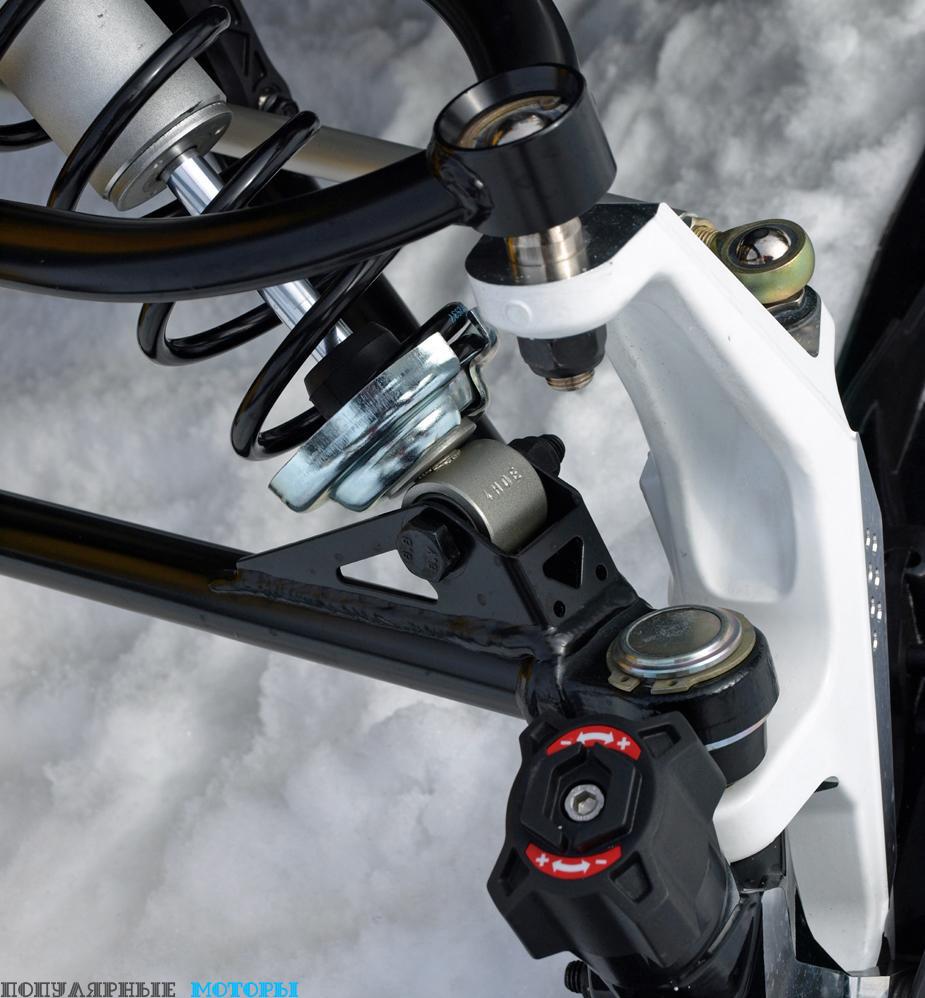 Инновационные лыжи Ski-Doo Pilot TS оснащены уникальным килем, который заключён в специальную оправу и может подниматься или опускаться на 12 миллиметров в соответствии с позицией соответствующего регулятора на лыжне.