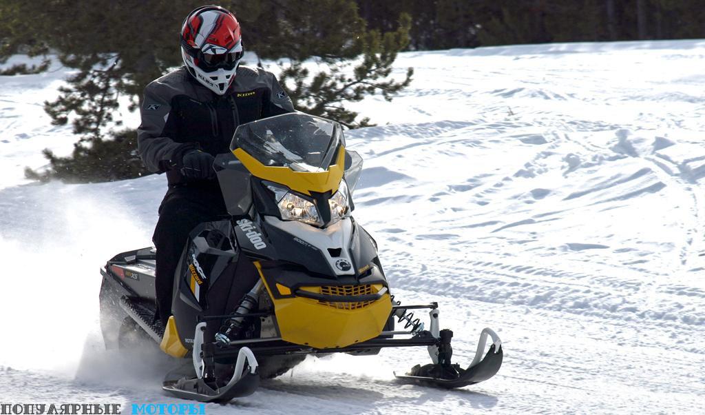 Снегоход сконструирован таким образом, что водитель сидит в центре и в наиболее оптимальном положении, что позволяет ему комфортно кататься на крейсерской скорости в течение целого дня, лихачить на поворотах или вставать для совершения прыжков и катания по ухабам.