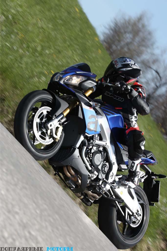 На фото V4 1100 RR в синей расцветке Donington Blu.