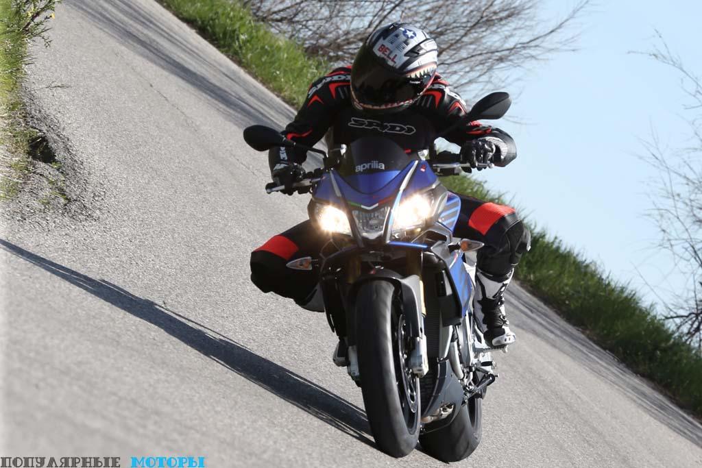 Слегка уширенный верхний обтекатель лучше отводит ветер от водителя Tuono 1100. Фары у мотоцикла новые и более лёгкие (на 1.3 кг.) в сравнении с предыдущим поколением, в то время как стояночный фонарь расположен в центре около лампы дальнего света.