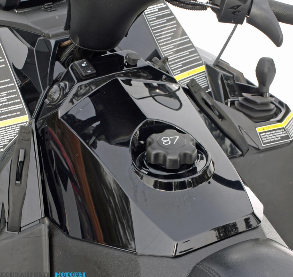 Все органы управления расположены очень удобно и легко берутся в руки, включая похожий на джойстик рычаг переключения передач трансмиссии WR3.