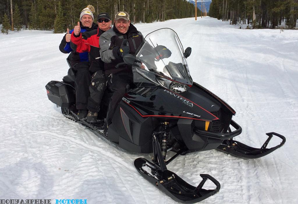 Как видите, на снегоходе играючи могут усесться три взрослых человека крупного телосложения.