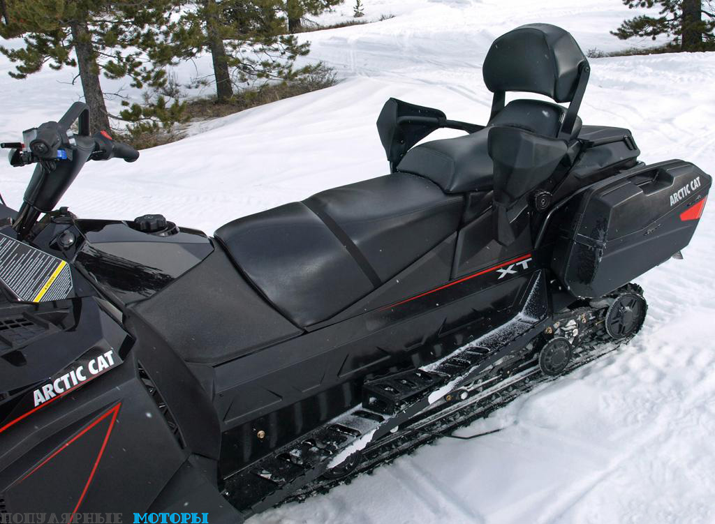 Трёхместное сиденье и запираемые боковые контейнеры делают Pantera 7000 XT Limited отличным снегоходом для приятных поездок на большие расстояния.