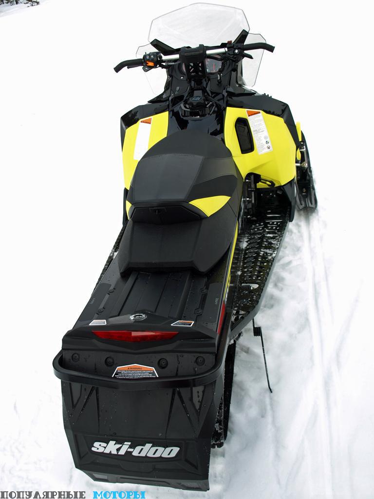 XZ TNT 1200 4-TEC 2016, длина которого составляет без малого три метра от кончика лыж до заслонки сзади гусеницы, оснащён сиденьем с багажным отделением, прямым алюминиевым рулём и запасом места под аксессуары.