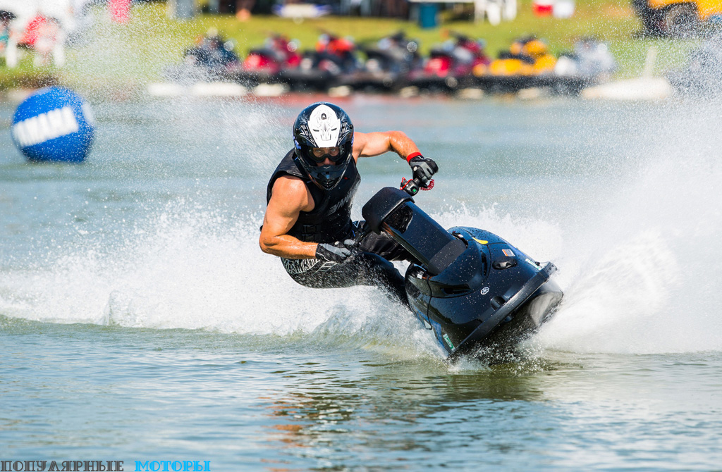 Благодаря своему очень маленькому весу и стоячей водительской посадке SuperJet невероятно быстро и резко реагирует на команды водителя, осуществляя манёвры, которые и не снились ни одному сидячему многоместному гидроциклу.